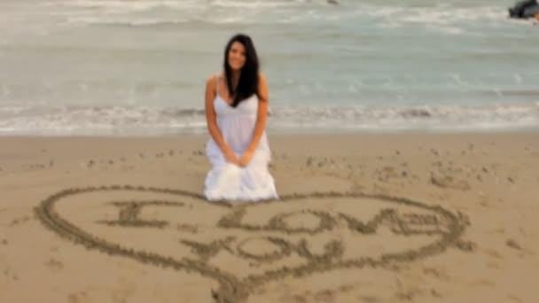 žena psaní, že miluji tě na písku