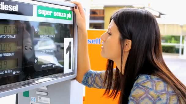 žena zlobí vysoké ceny pohonných hmot