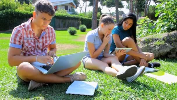 tři studenti setkání v parku