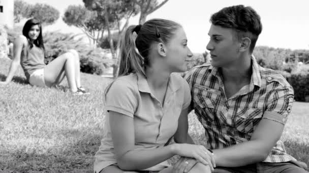 Traurige Frau sieht glückliches Paar