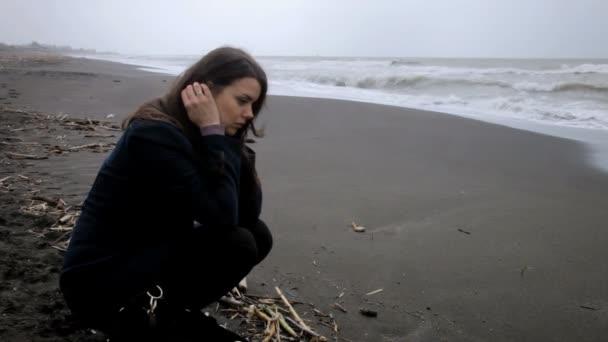 smutná žena na pláži
