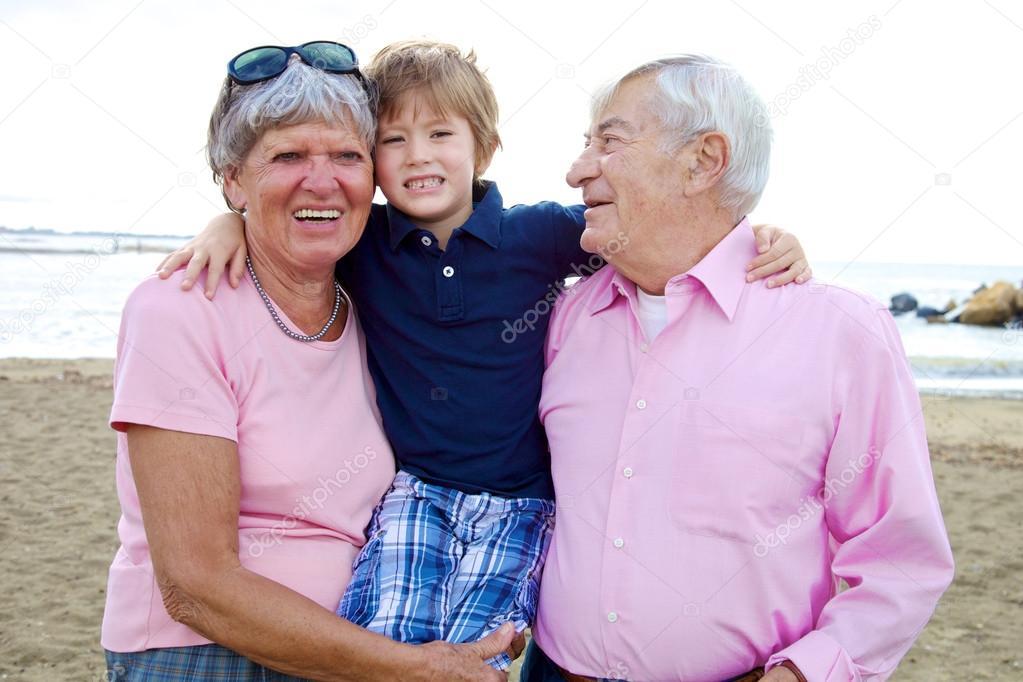 и дедушка цулуют бабушка