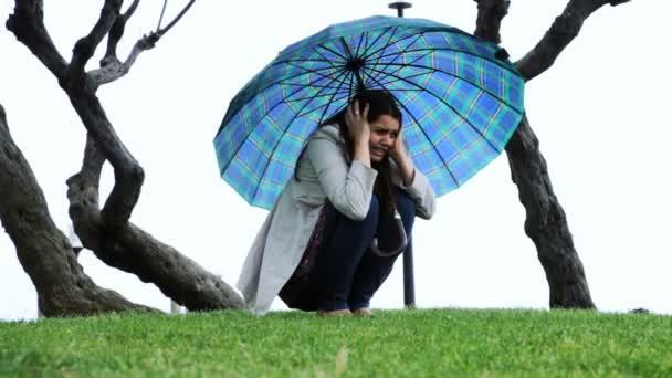 Frau mit Regenschirm verängstigt