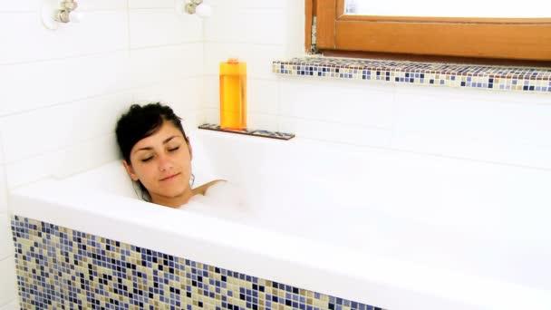 nő élvezi fürdő hab