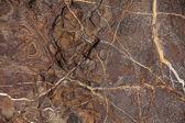 načervenalé hnědé kámen s trhlinami a skvrny