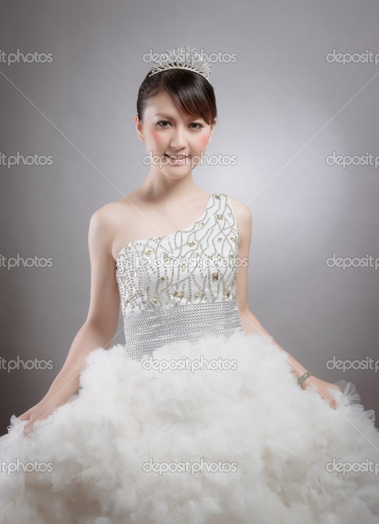 chinesische Schönheit mit Brautkleid — Stockfoto © roseburn3djob ...