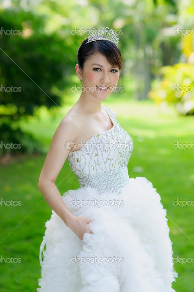 chinesische Braut mit Brautkleid — Stockfoto © roseburn3djob #25589511