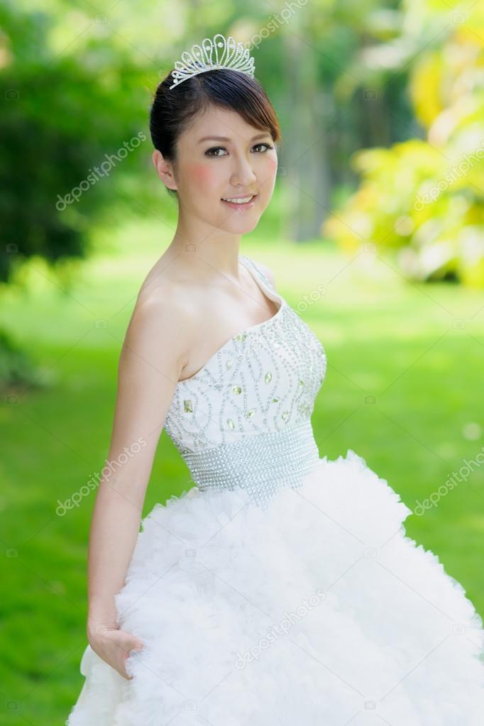 chinesische Braut mit Brautkleid — Stockfoto © roseburn3djob #25589821