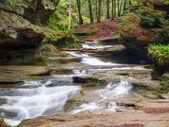 Fotografie Alter Mann Höhle nahen Wasserfälle