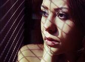 Fotografie Ženská tvář s stín obsazení kovový plot