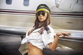 Fotografie Junge Frau posiert in Airline Crew uniform
