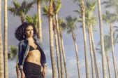Fotografie schöne junge Frau tragen Bikini und Jeans Jacke