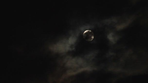 měsíc a mraky