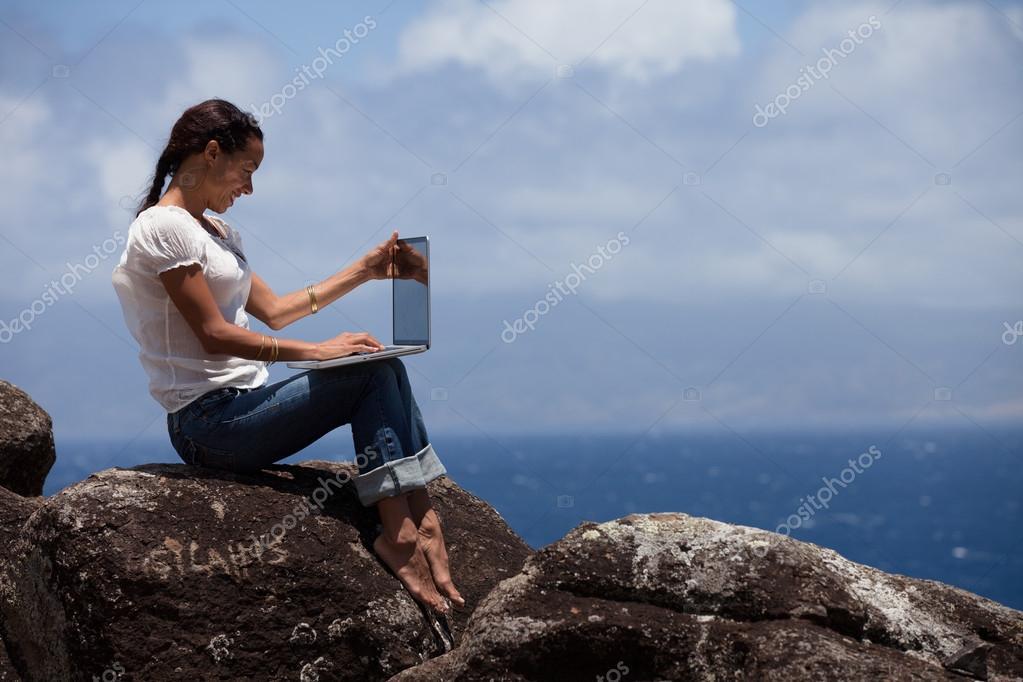 Arbeiten Auf Hawaii lächelnde frau arbeiten im paradies stockfoto deborahkolb 18849175