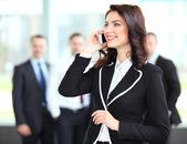 Krásné ženy mluví do mobilního telefonu