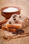 přírodní mýdlo na dřevěné pozadí