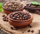 zelené a hnědé kávová zrna v miskách