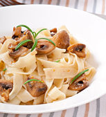 Photo Vegetarian dish with tagliatelle and mushrooms