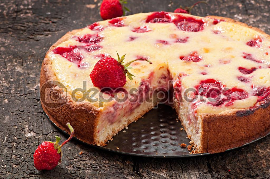 Franzosisch Quiche Torte Mit Erdbeeren Stockfoto C Timolina