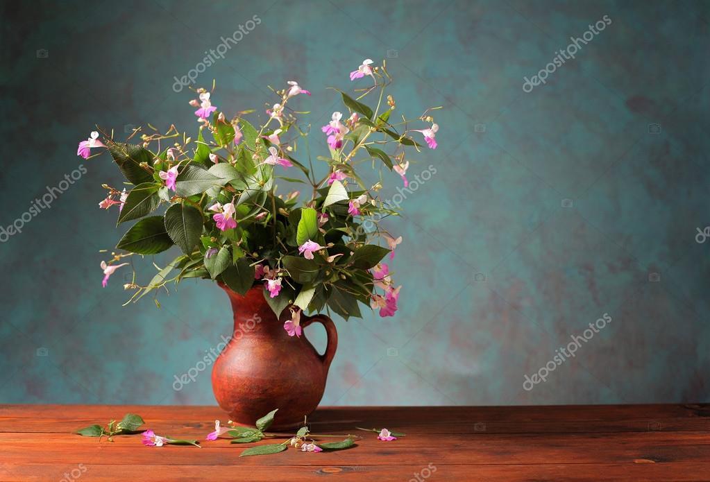 Blumen Aus Dem Garten In Einer Vase Aus Keramik Stockfoto