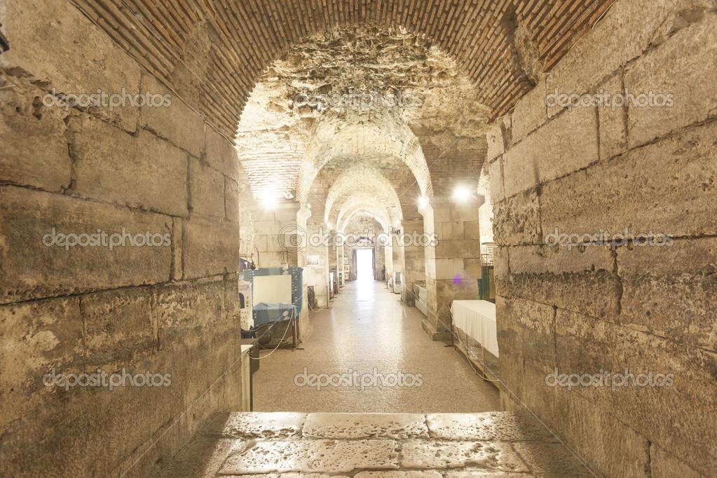 мужчины делают подземелье дворца диоклетиана фото готова интересная яркая