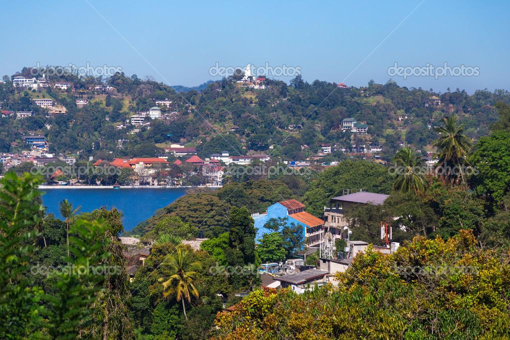Mostra sul lago di kandy e citt edifici foto stock for Piani di casa sul lago per lotti ripidi