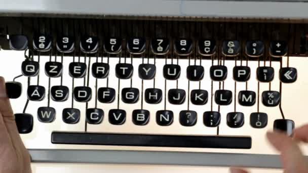 Mann tippt auf Schreibmaschine
