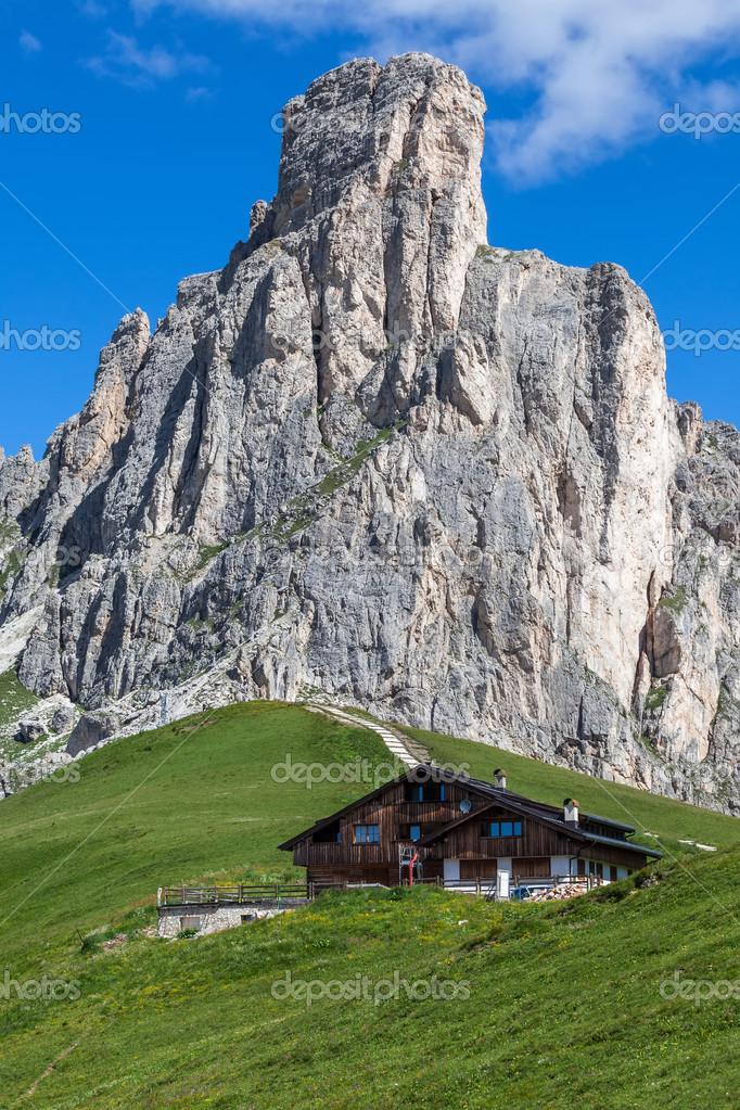 Chalet ai piedi di una montagna alta foto stock for Piani di studio 300 piedi quadrati