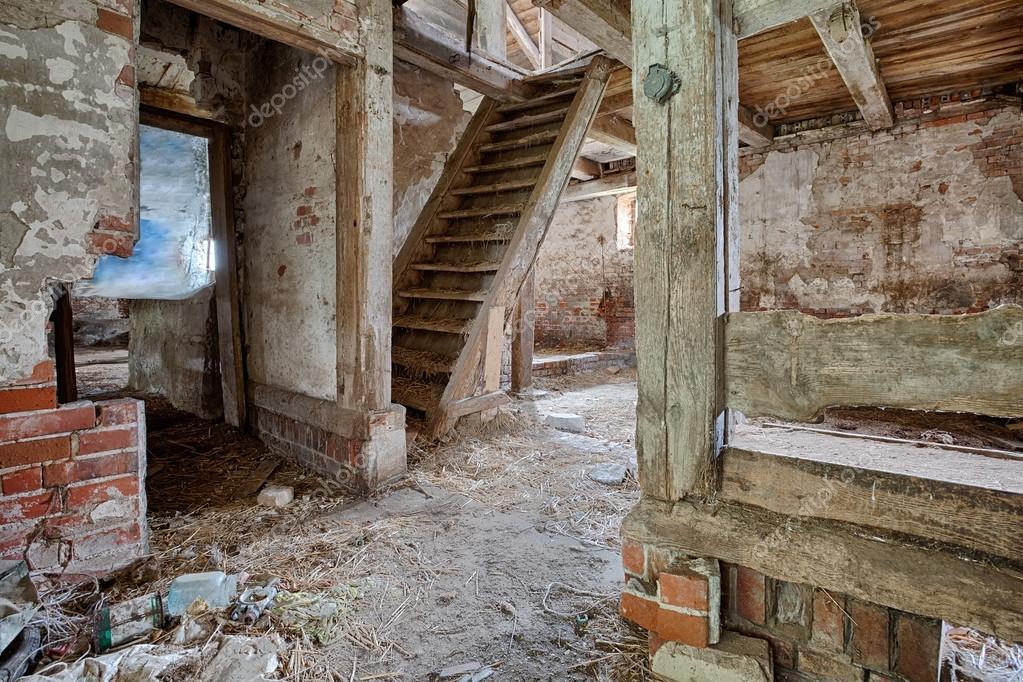 int rieur d 39 une grange vieille en d composition photographie scorpionpl 40332807. Black Bedroom Furniture Sets. Home Design Ideas