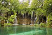 Nyári látkép a gyönyörű kis vízesések, a Plitvicei-tavak Nemzeti Park, Horvátország