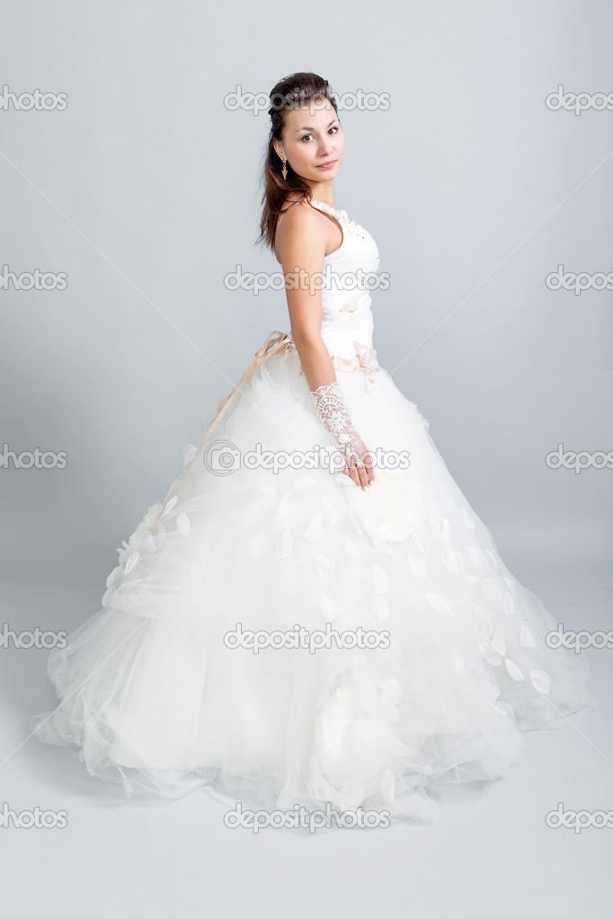 schöne Mädchen in einem weißen Hochzeit Kleid-Profil — Stockfoto ...
