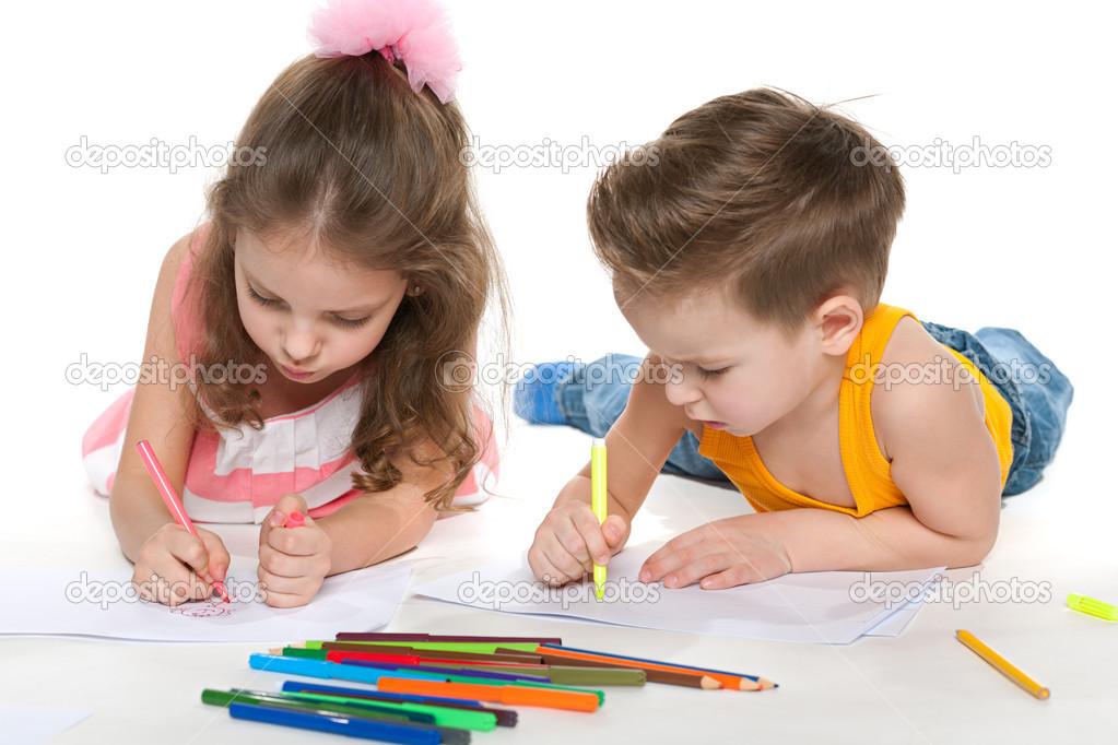 niño y niña dibujan en papel — Foto de stock © SergiyN #41252583