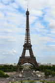 Panorámás kilátás nyílik az Eiffel-torony egy napsütéses napon. Párizs, Fran