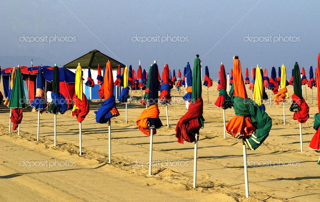 parasol sur la plage de deauville en normandie photographie packshot 22577423. Black Bedroom Furniture Sets. Home Design Ideas