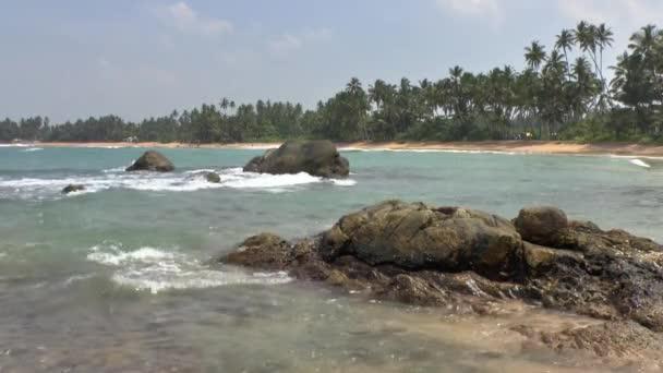 tyrkysová mořská voda a kamení