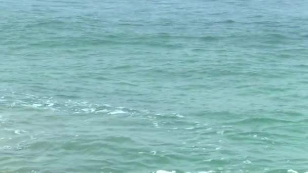 transparentní mořské vody v mělkých s odlesky od slunce