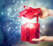 krabice červená vánoční dárek