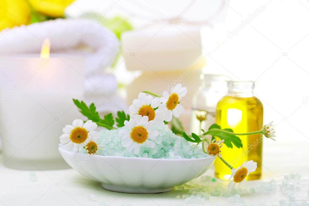 Tema di relax termale con fiori sale da bagno oli essenziali e candele foto stock - Candele da bagno ...