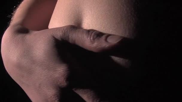 těhotné ženy hladí její břicho