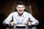 šílený muž čeká jeho jídlo