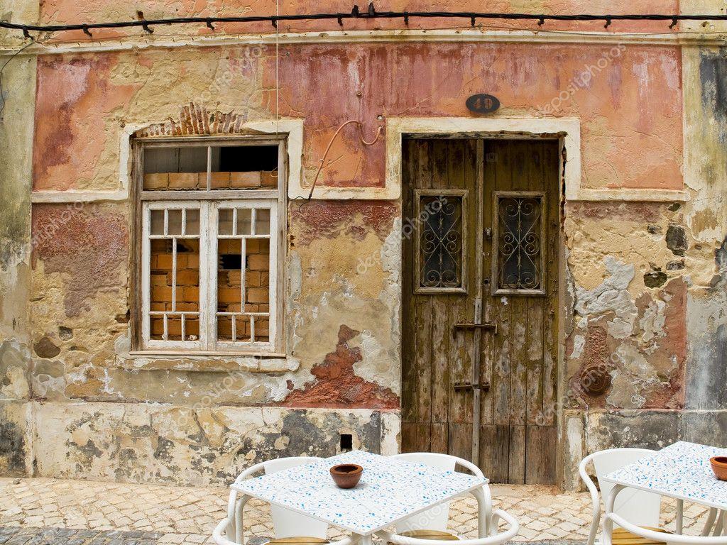 Puerta antigua en una casa con textura de la pared de for Puertas blindadas antigua casa gutierrez