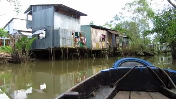 typické shack domy, domy podél mekong delta