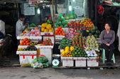 prodejce ovoce v Hanoji, vietnam