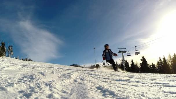 výběr zpomalené klipy lyžaře lyžování na svahu dolů