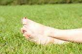 a láb a fű