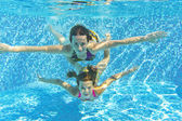 Boldog mosolygó víz alatti családi medence