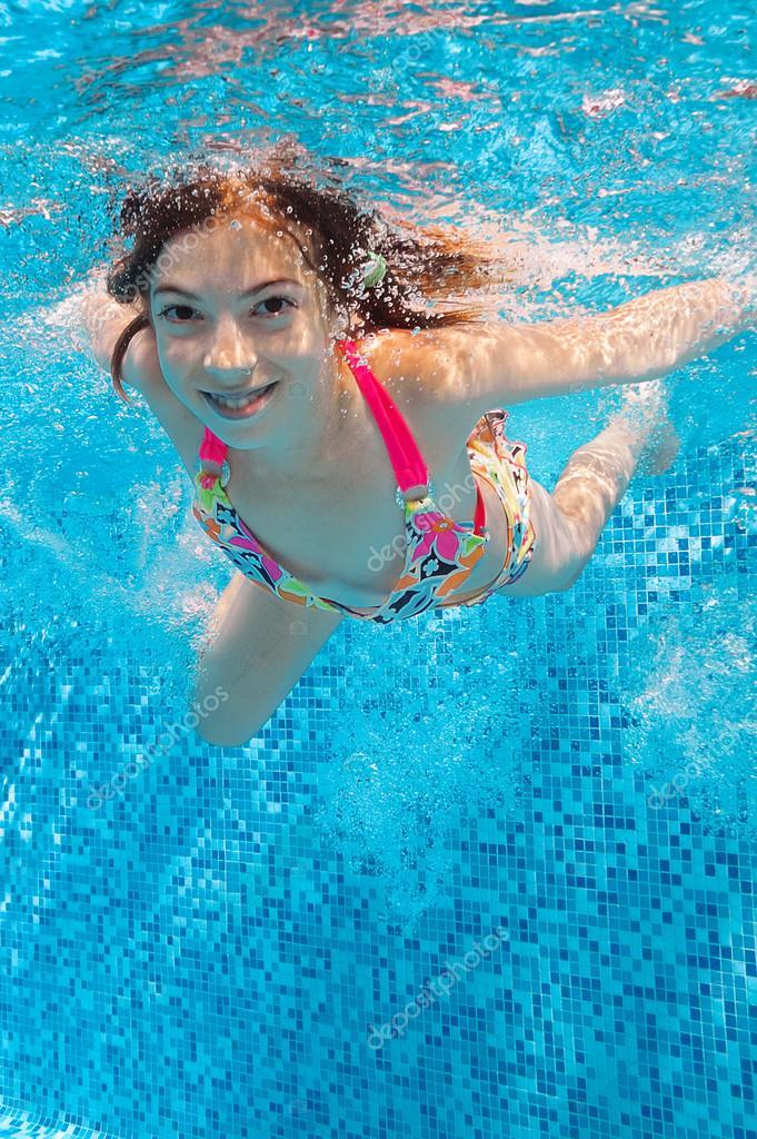 Девчонки плавают в бассейне — photo 1