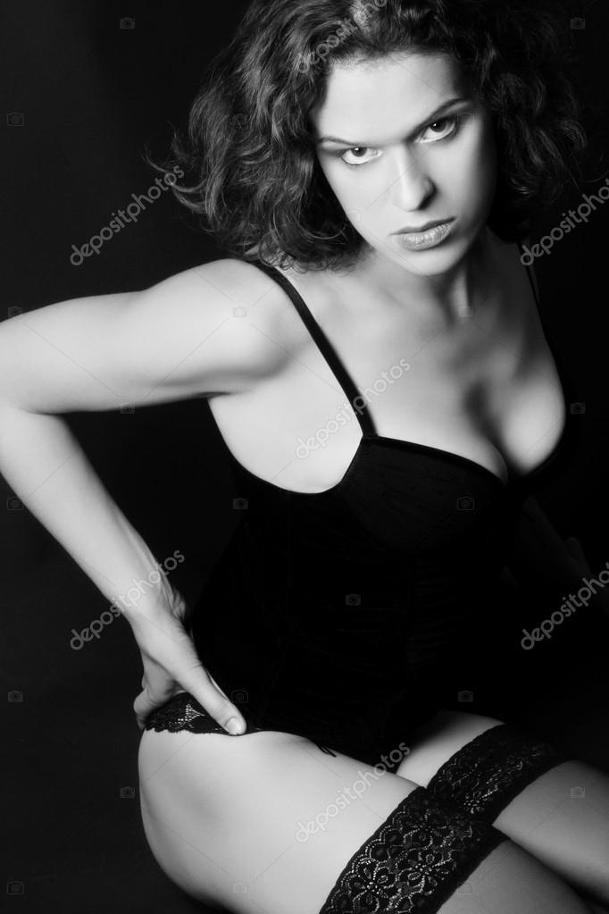 Идеальное женское тело в черно белой фотографии, парочки на пляже