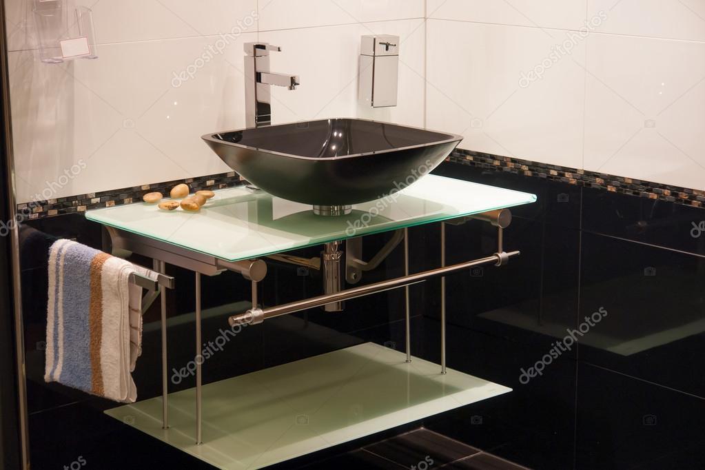 Mooie Moderne Badkamers : Mooie moderne badkamer in luxe nieuwe huis u2014 stockfoto © ronyzmbow