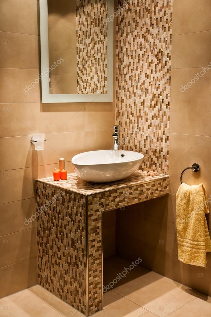 Belle salle de bains moderne dans la nouvelle maison de luxe photographie ronyzmbow 21035063 for Belle salle de bain moderne